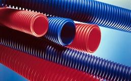 Czerwone i błękitne plastikowe tubki Zdjęcia Royalty Free