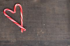 Czerwone i białe cukierek trzciny w sercu na drewnianym tle Fotografia Royalty Free
