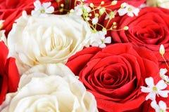 Czerwone i białe róże poślubia bukiet Zdjęcia Stock
