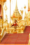 Czerwone i złociste dodatkowe struktury wokoło Królewskiego Crematorium w Thailand przy Listopadem 04, 2017 Zdjęcie Stock