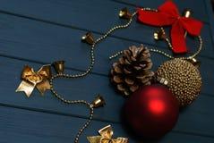 Czerwone i złote boże narodzenie dekoracje na drewnianym tle Obrazy Royalty Free