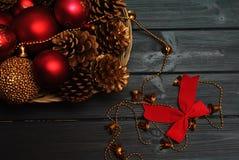 Czerwone i złote boże narodzenie dekoracje na drewnianym tle Zdjęcie Stock