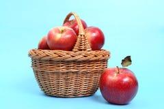 czerwone jabłko koszyka Zdjęcia Royalty Free