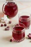 Czerwone jagodowe soku lata jagody z dekantatorem na stole obraz stock