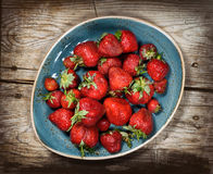 Czerwone jagody truskawkowe na drewnianym tle Fotografia Stock