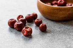 Czerwone jujub owoc w Drewnianym pucharze, Hunnap/ zdjęcie stock