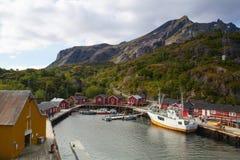 Czerwone Klasyczne norwegu Rorbu połowu budy, Nusfjord na Lofoten są Fotografia Royalty Free