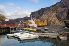 Czerwone Klasyczne norwegu Rorbu połowu budy, Nusfjord na Lofoten są Zdjęcia Stock