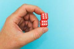 Czerwone kostki do gry w ręce, szczęście zdjęcia royalty free