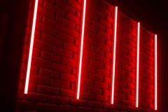 Czerwone neonowe linie na ścianie z cegieł w noc klubie fotografia royalty free