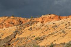 Czerwone ochra ziemie lub ocher margiel w Corbieres, Francja fotografia stock