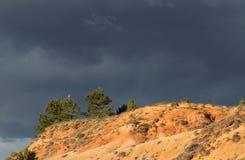 Czerwone ochra ziemie lub ocher margiel w Corbieres, Francja zdjęcia stock