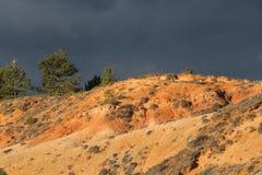 Czerwone ochra ziemie lub ocher margiel w Corbieres, Francja zdjęcia royalty free