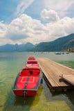 Czerwone łodzie na halnym jeziornym Wolfgangsee, Austria Obrazy Stock