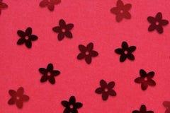 Czerwone palety w postaci kwiatów na czerwonym tle zdjęcie royalty free