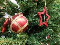 Czerwone piłki z ornamentem i gwiazdami zdjęcia stock