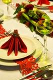 Czerwone pieluchy na boże narodzenie stole Fotografia Royalty Free