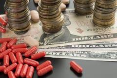 Czerwone pigułki i dolarowi banknoty obrazy stock