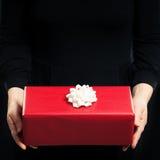 Czerwone prezent kobiety i pudełka ręki na tle Obrazy Royalty Free