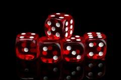 Czerwone przejrzyste kostki do gry dla uprawiać hazard na czarnym tle obrazy stock