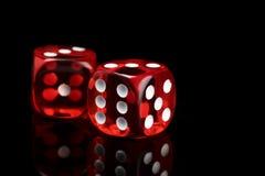 Czerwone przejrzyste kostki do gry dla uprawiać hazard z odbiciem na czarnym tle zdjęcie royalty free