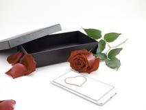 Czerwone róże z prezenta pudełkiem na Valentine&-x27; s dzień zdjęcia royalty free