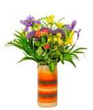 Czerwone róże, fiołkowi irysowi kwiaty, żółta frezja w żywej różnorodnej barwionej wazie odizolowywającej Zdjęcia Stock