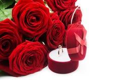 Czerwone róże i pierścionek z pudełkiem Obrazy Stock