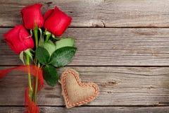 Czerwone róże i walentynka dzień serce Fotografia Stock
