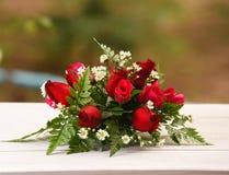 Czerwone róże Na drewnianej podłoga i białym tle zdjęcia royalty free