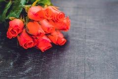 Czerwone róże na starym drewnianym stole zdjęcie royalty free