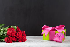 Czerwone róże, prezentów pudełka i chalkboard, Obrazy Royalty Free