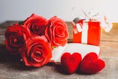 Czerwone róże, pudełko na drewnianym backgrou, czerwony serca, notatnika i prezenta, Zdjęcie Stock