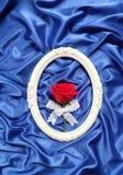 Czerwone róże w rocznik ramy błękitnym sukiennym tle Obraz Stock