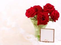 Czerwone róże w wazie z sztandarem dodają Fotografia Stock