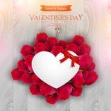 Czerwone róże wokoło papierowego serca Zdjęcie Royalty Free