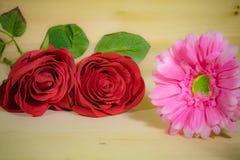 Czerwone róże z pięknym gerbera Obrazy Stock