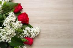Czerwone róże i bez na stole Fotografia Royalty Free
