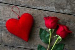Czerwone róże i czerwony serce na drewnianym stole Zdjęcia Royalty Free