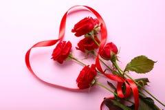 Czerwone róże i faborek Fotografia Stock