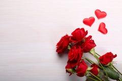 Czerwone róże i mali serca Zdjęcia Royalty Free