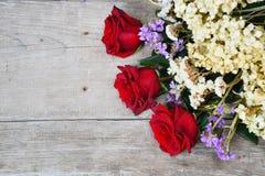 Czerwone róże na drewnianym tle zdjęcia stock