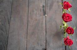 Czerwone róże na drewnianym tle, Retro rocznik Fotografia Royalty Free