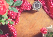 Czerwone róże na nieociosanym drewnianym stole kwiecisty ramowy romantyczny Obrazy Stock