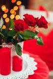 Czerwone róże na stole zdjęcia royalty free