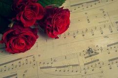 Czerwone róże z muzykalnymi notatkami Zdjęcie Stock