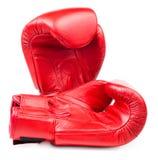 Czerwone rzemienne bokserskie rękawiczki odizolowywać fotografia royalty free
