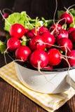 Czerwone rzodkwie w pucharze na drewnianym stole Zdjęcie Royalty Free