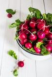 Czerwone rzodkwie w pucharze na drewnianym stole Fotografia Royalty Free