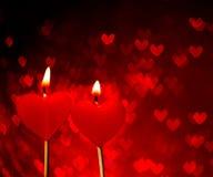 Czerwone serce świeczki na czerwonym serca bokeh jako tło Zdjęcia Royalty Free